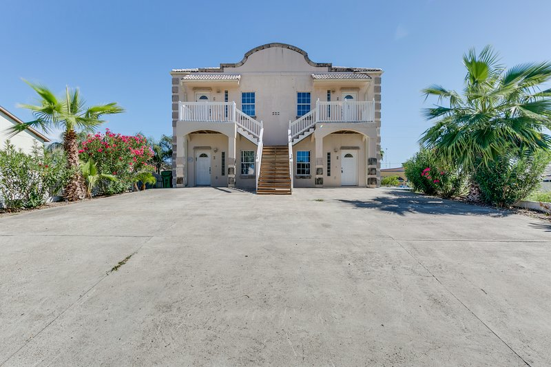 Dog-friendly duplex with patio & great location close to beach & restaurants, vacation rental in Port Isabel