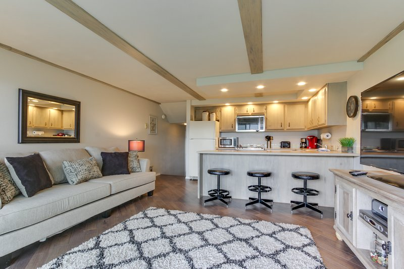 Dog-friendly condo w/ shared pool & entertainment - walk to beach & downtown!, holiday rental in Ponderay