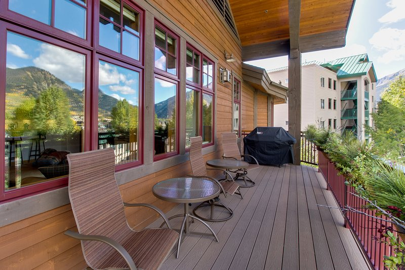 Luxury lakefront condo w/ mountain views, jetted tub, & 2 shared hot tubs, holiday rental in Frisco