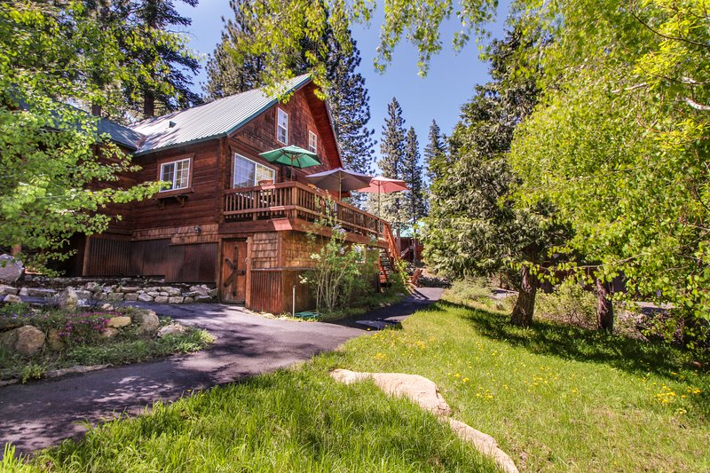 Charming, family-friendly cabin near Prosser Reservoir, skiing & golf!, holiday rental in Floriston