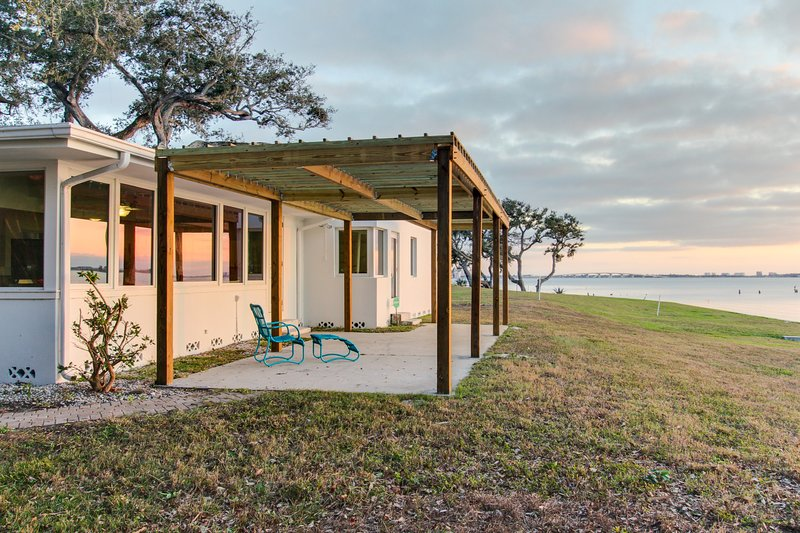 Oceanfront dog-friendly home w/ sunset views of Sarasota Bay - snowbirds welcome, holiday rental in Sarasota