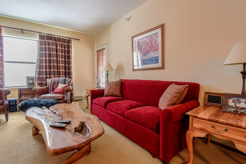 Ski-in/ski-out condo w/ shared hot tub & pool - easy access to golf, too!, vacation rental in Mount Holly