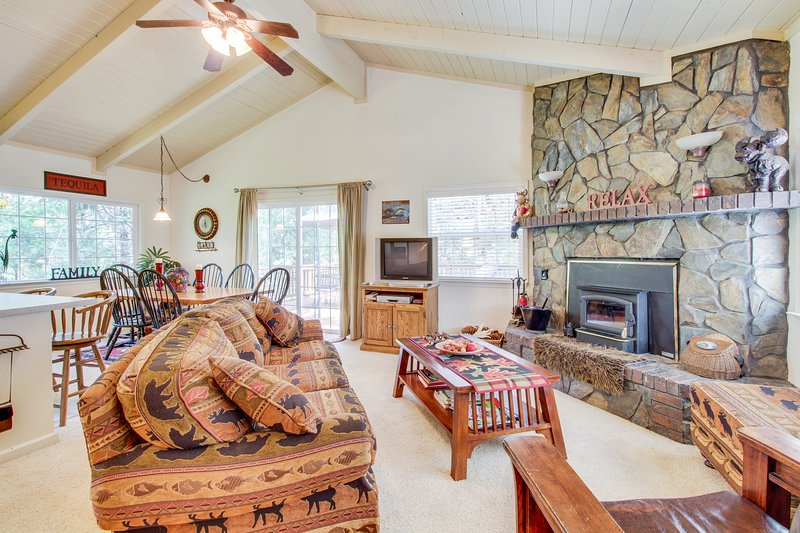 Cozy home in the woods w/ deck, shared pool, tennis - near golf & lake, location de vacances à Coulterville