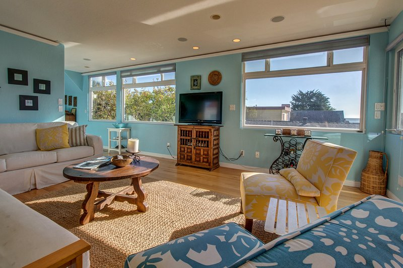 3-level surfers paradise w/ ocean view, hot tub, enclosed yard, close to beach, holiday rental in Soquel