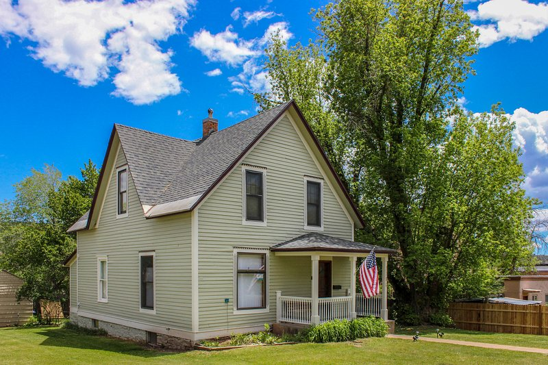 Updated Victorian w/ deck, porch & yard - close to the river, trails & downtown!, vacation rental in Durango