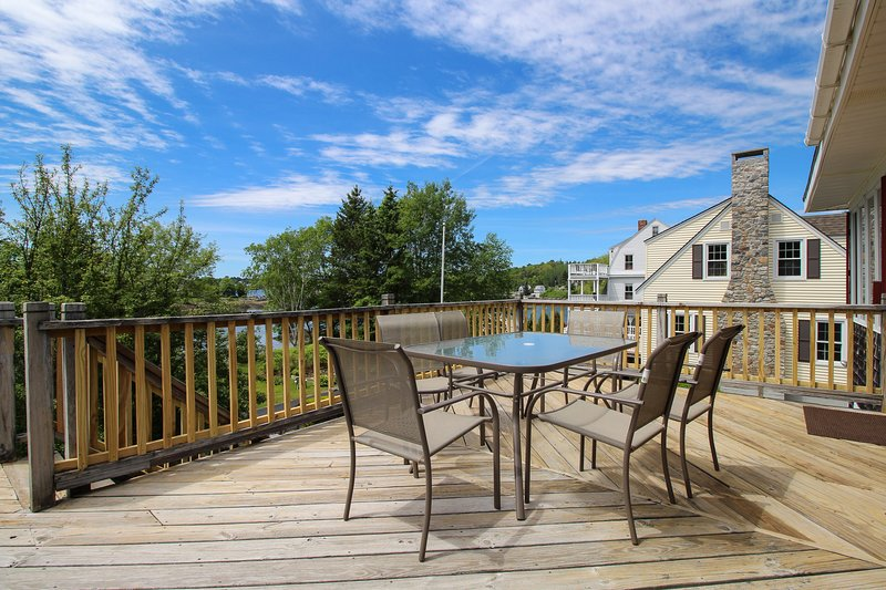 Charming water view home overlooking Mill Cove w/ a large deck - near town, location de vacances à Bayville