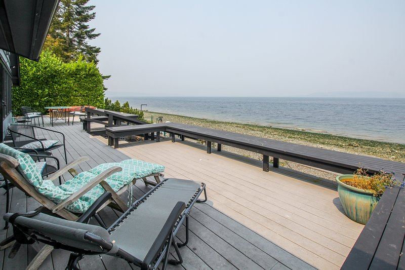 Stunning waterfront home w/ large deck, & gas grill!, holiday rental in Covington