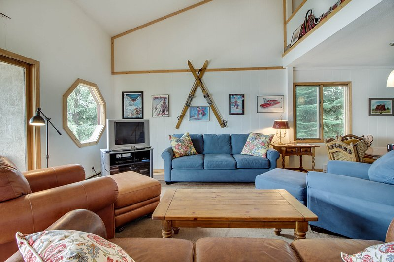 Lakeside getaway w/ shared pool, beautiful views, and access to a private beach!, vacation rental in Tamarack
