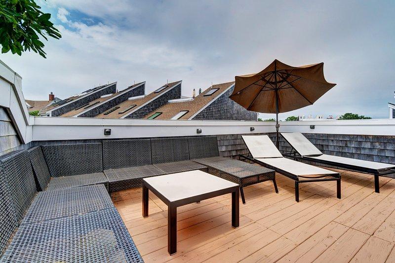 Spacious townhouse w/ water views, private rooftop deck - close to amenities!, location de vacances à Provincetown