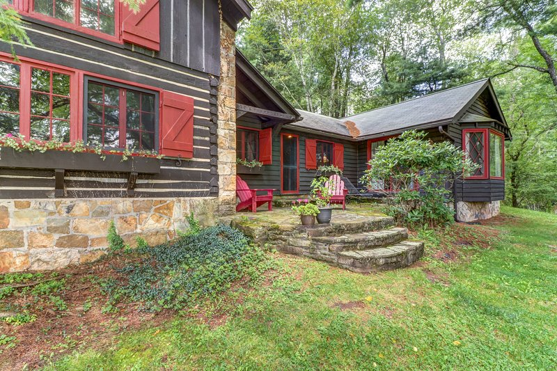 Dog-friendly, lakefront log home on a quiet cove w/ a front deck & private dock, holiday rental in Deer Park