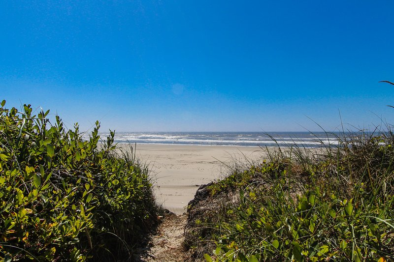 Secluded oceanfront home w/ private beach access, sun room, & beautiful views, vacation rental in Yachats