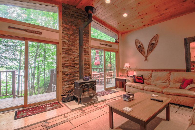 Spacious waterfront chalet w/ cozy wood stove, outdoor firepit, grill, & more!, holiday rental in Lovell