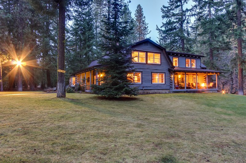 Upscale riverfront lodge w/ hot tub, firepits & game room - close to Mt. Adams!, casa vacanza a Trout Lake