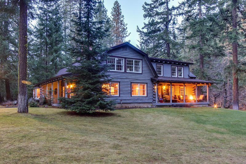 Gorgeous riverfront home & guesthouse w/ deck, hot tub, firepits & media room!, casa vacanza a Trout Lake