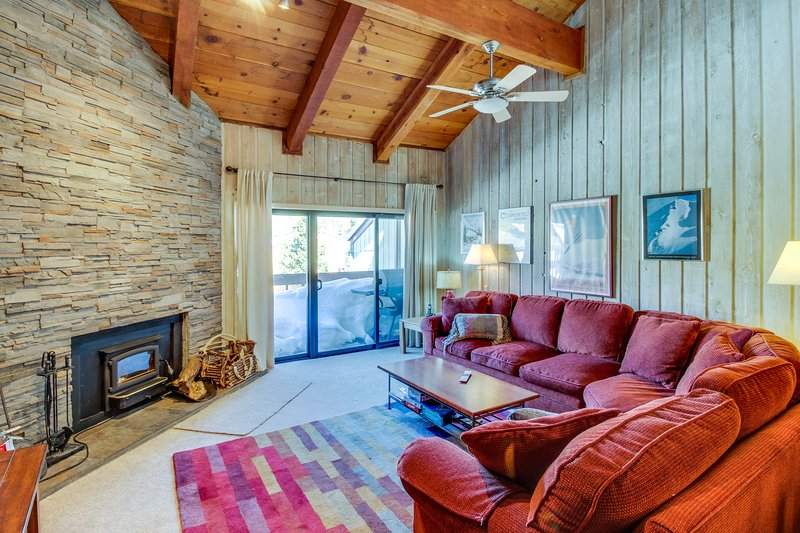 Walking distance to ski slopes & Canyon Lodge w/ shared pool & hot tubs! Chalet in Mammoth Lakes