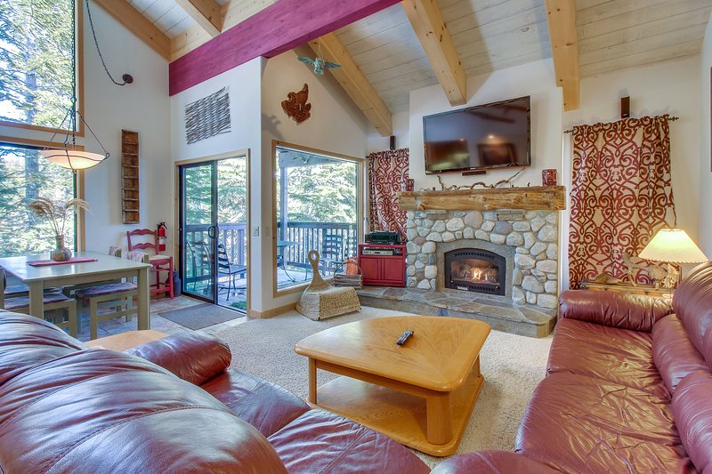 Two-level, forest-view condo w/ a deck - just steps from the Village! Chalet in Mammoth Lakes