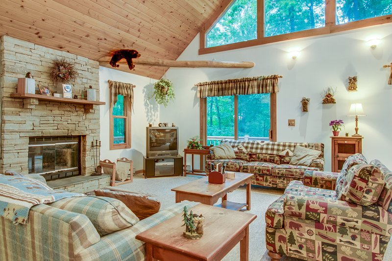 Dog-friendly cabin in the woods with hot tub, furnished deck, & pool table, vacation rental in McHenry