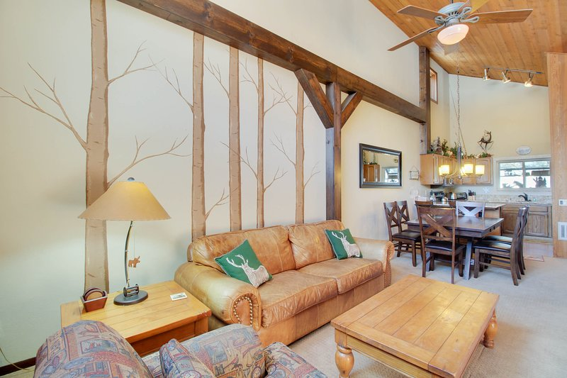 Cozy townhome near skiing w/ fireplace & shared pool/hot tub access! Chalet in Mammoth Lakes