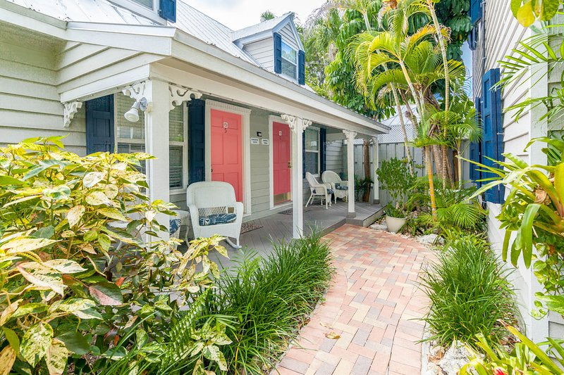 Contemporary dog-friendly cottage with easy beach access and shared pool, vacation rental in Stock Island