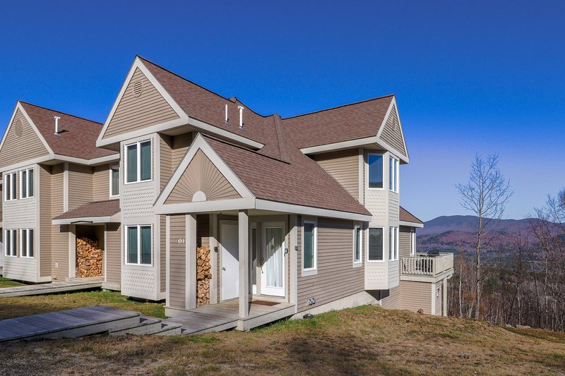 Family townhome w/ deck, shared pool and hot tub & ski-in/out access to trails!, vacation rental in Newry
