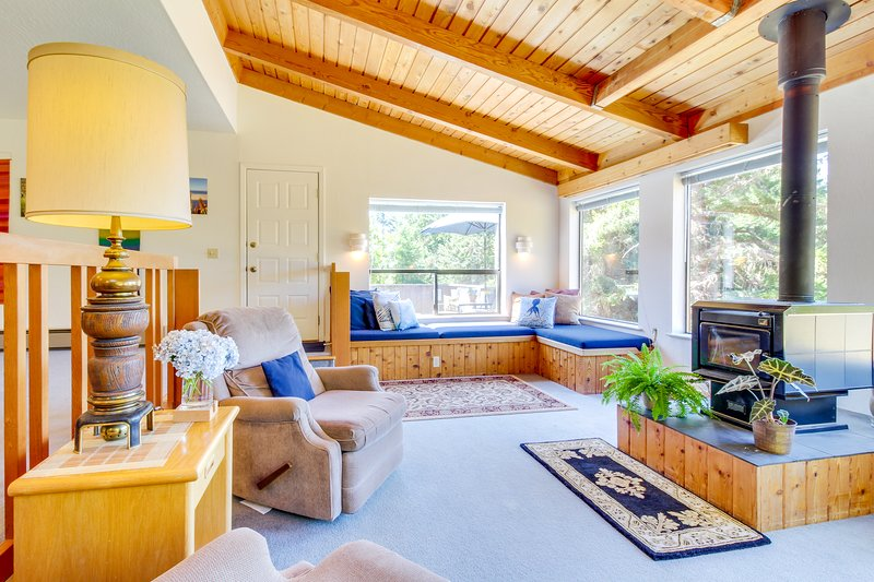 Sunny home w/ private hot tub & deck, shared pools & saunas - 2 dogs welcome!, vacation rental in Gualala