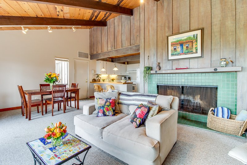 Oceanfront home w/ hot tub & shared pools/saunas - walk to beach, 2 dogs OK!, vacation rental in The Sea Ranch