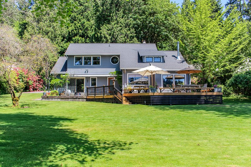 Dog-friendly bayfront home perfect for a relaxing isolated getaway!, location de vacances à Lakebay