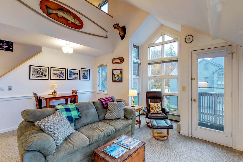 Ski-in/ski-out of this condo w/ shared pool & sauna at the foot of Pico Mountain, location de vacances à Proctor