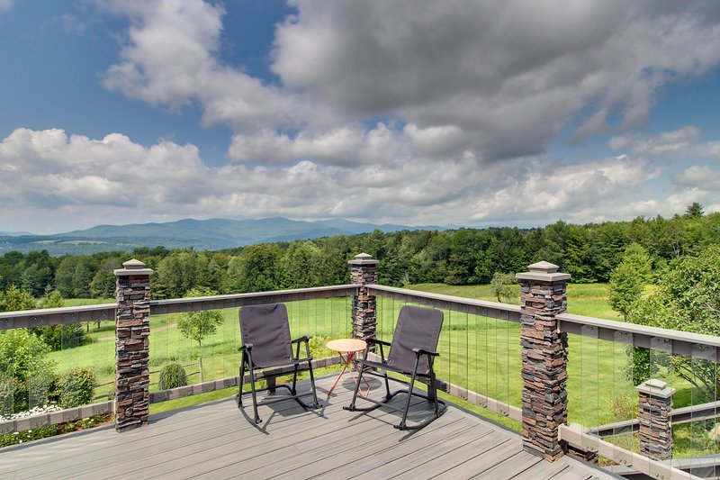Spacious kid-friendly home w/ private hot tub, huge deck, & mtn views, holiday rental in Waterbury Center