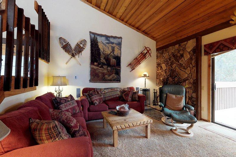 Spacious condo w/ shared pool & hot tub - close to Huntington Lake & China Peak, location de vacances à Lakeshore