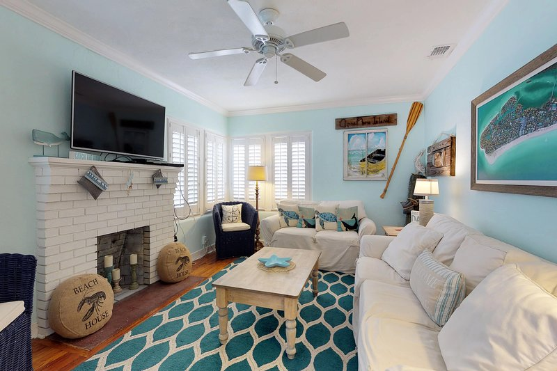 Adorable, vintage cottage w/ private, heated pool & sundeck - walk to the beach! – semesterbostad i Cortez