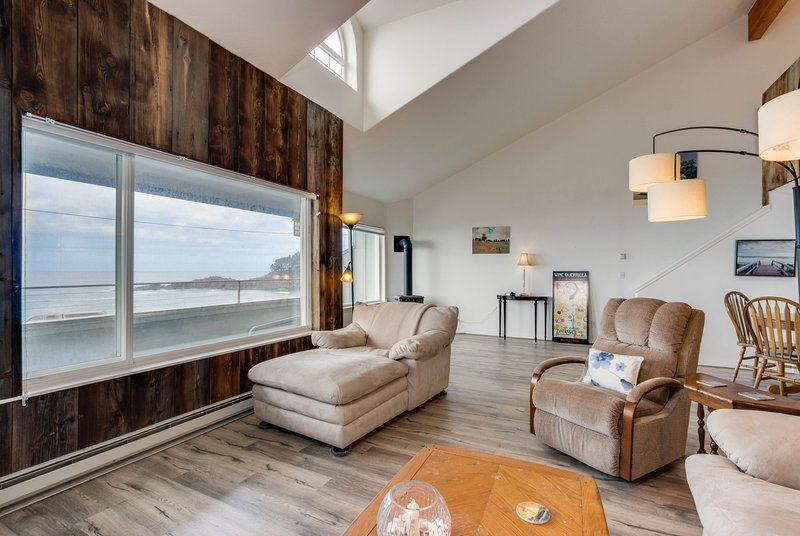 Dog-friendly, waterfront loft w/ seawall & ocean views - one block to the harbor, location de vacances à Depoe Bay