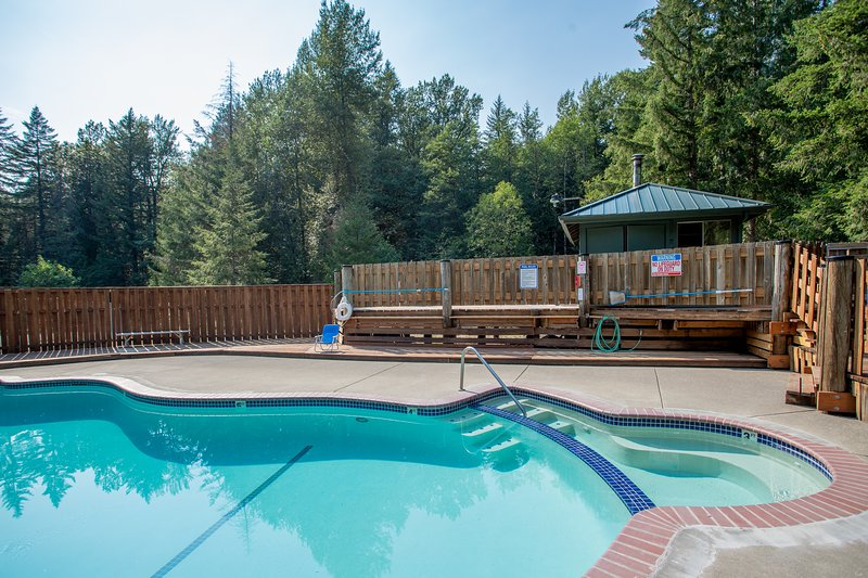 Industrial home w/ wood stove, private hot tub, shared pool, & tennis courts!, holiday rental in Zigzag