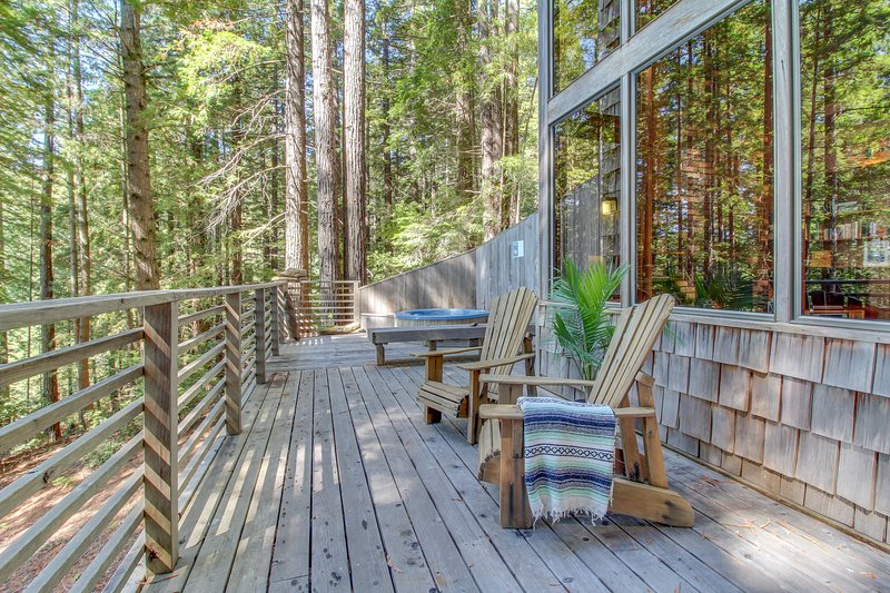 Romantic woodland home w/ private hot tub, deck & gorgeous forest/ocean views!, holiday rental in Anchor Bay