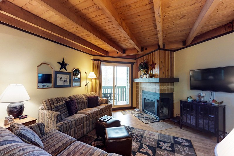 Conveniently located condo w/ shared pool, hot tub & sauna - near slopes & lake!, vacation rental in Wildernest