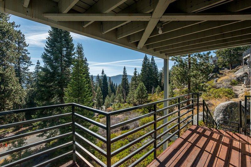 Huntington Lake condo with great views - near attractions, location de vacances à Lakeshore