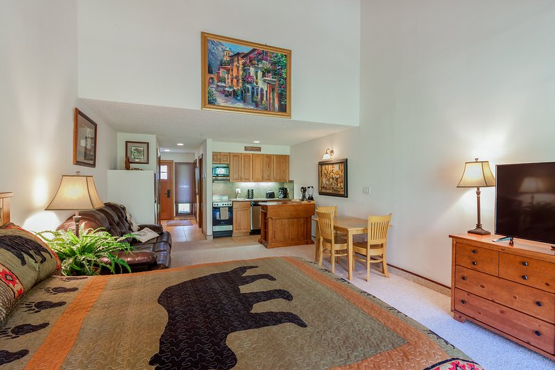 Cozy mtn studio w/ patio, shared pool & great views - close to skiing & golf, holiday rental in Purgatory