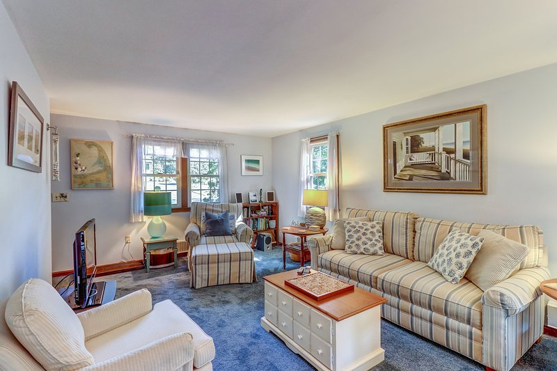 Serene family home w/deck & outdoor fireplace-walk to beach!, vacation rental in West Chatham