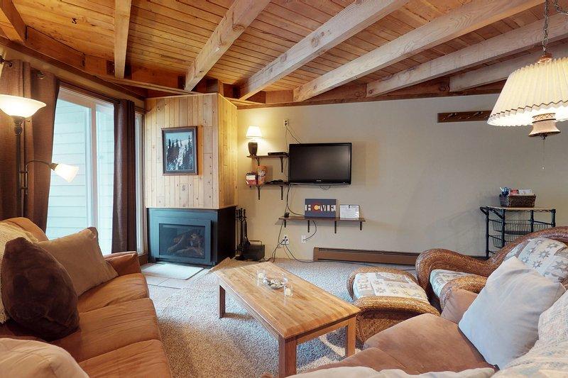 Cozy condo w/ balcony, shared pool, hot tub, & sauna - year round outdoor fun!, vacation rental in Wildernest