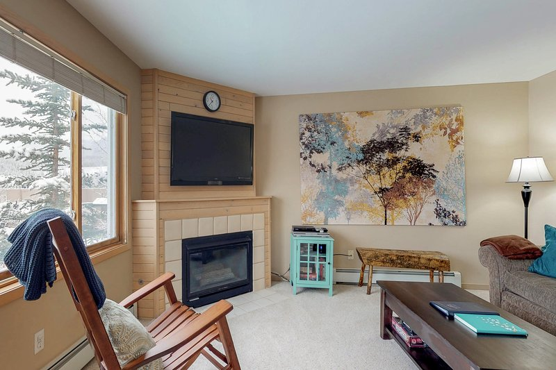Stylish condo with shared hot tub - near Dillon Reservoir & 7 ski areas!, vacation rental in Wildernest