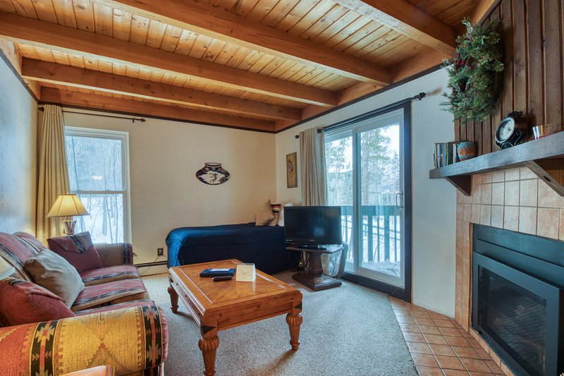 Convenient condo with shared pool, hot tub, & sauna - near lake & slopes!, vacation rental in Wildernest