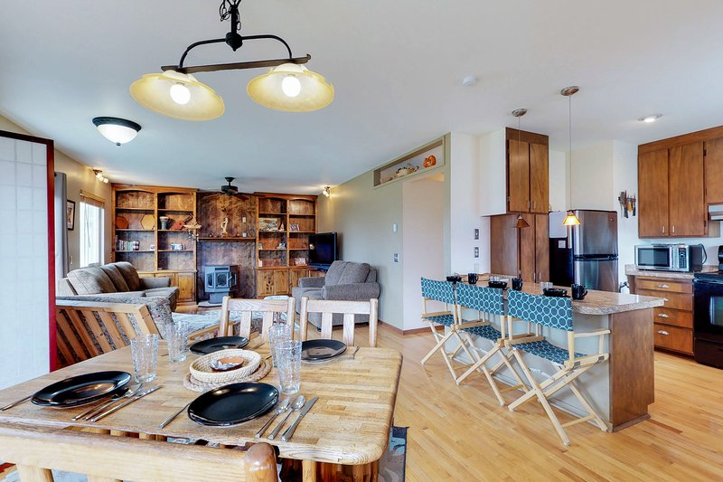 Accessible home w/ deck & prime in-town location - walk to beaches, parks & more, vacation rental in Yachats