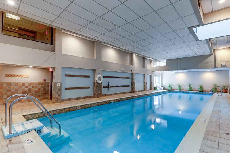 NEW LISTING! Mountain studio w/shared pool, hot tub, & sauna, close to skiing! Chalet in Killington