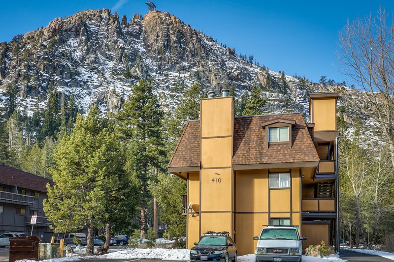Peaceful condo w/ private deck - walk to the Squaw Valley Resort! Chalet in Squaw Valley
