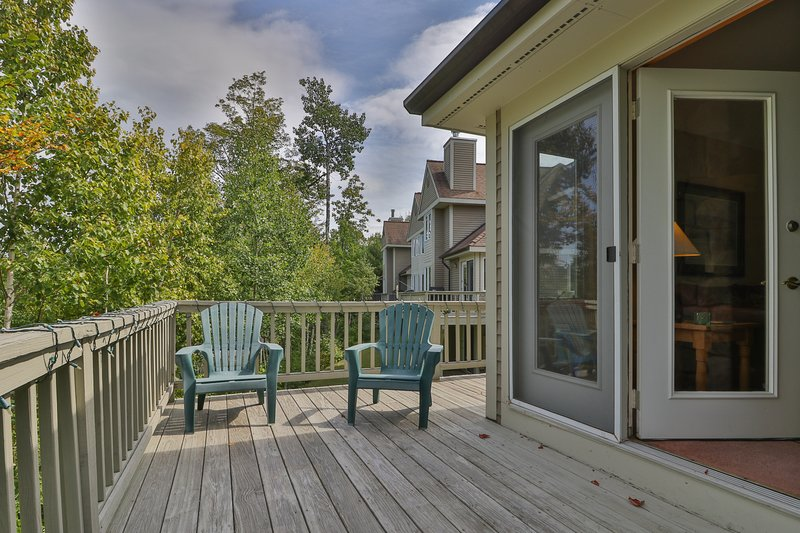 Slopeside townhome w/ deck, direct trail access & shared hot tub/pool!, vacation rental in Newry