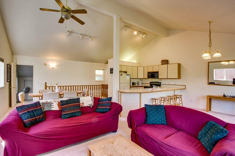 Bright, spacious condo near the lake w/ furnished deck & golf course view, vacation rental in Tamarack