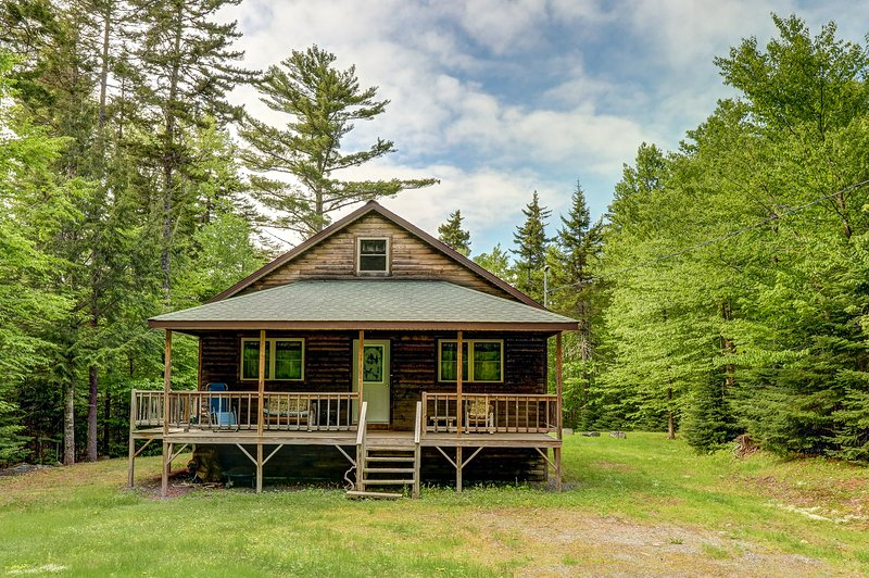 Cozy cabin in the woods close to Moosehead Lake, w/snowmobile trail access, holiday rental in Monson
