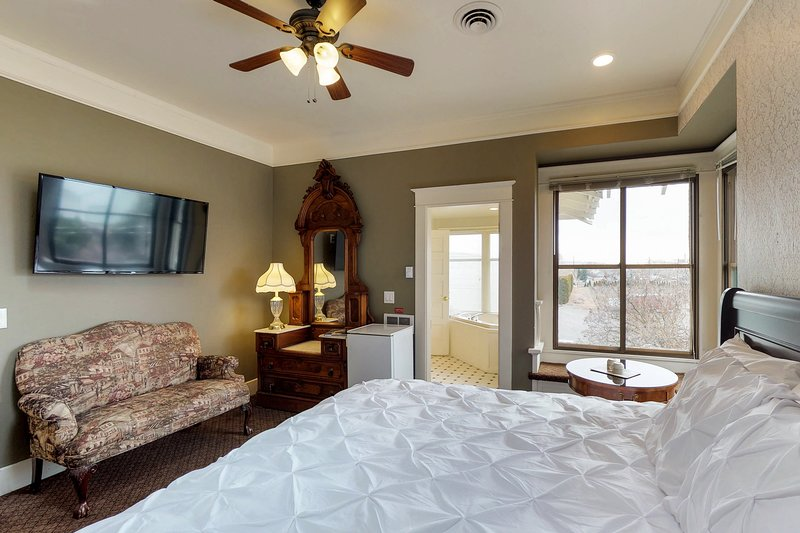 Cozy suite in historic inn w/jetted tub, shared pool -  breakfast included!, location de vacances à Moxee