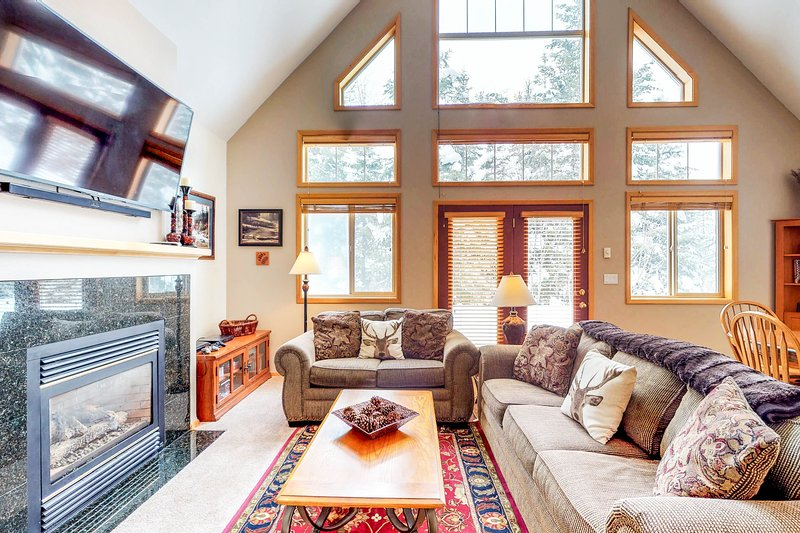 Home w/ shared hot tub & pool - close to golf course, lake & ski resorts!, vacation rental in Tamarack