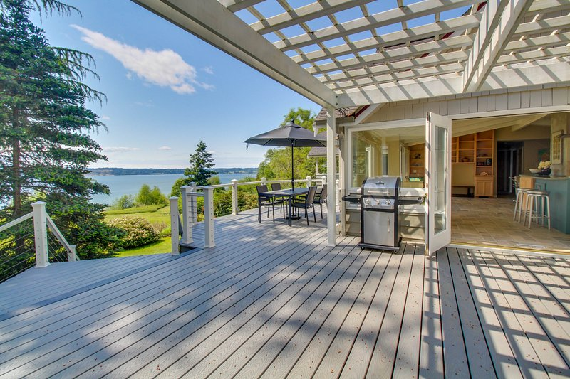 Peaceful bay-view home with quiet location moments from the beach!, vacation rental in Clinton